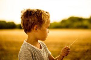Ein Kind steht in der Sonne